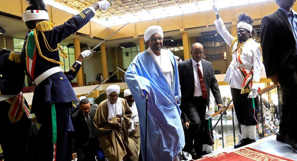 الرئيس السوداني عمر البشير يصل لإلقاء خطاب في البرلمان في الخرطوم