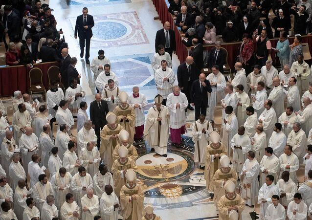 البابا فرانسيس يحتفل بالقداس يوم الخميس المقدس خلال أسبوع عيد الفصح في كنيسة القديس بطرس في الفاتيكان