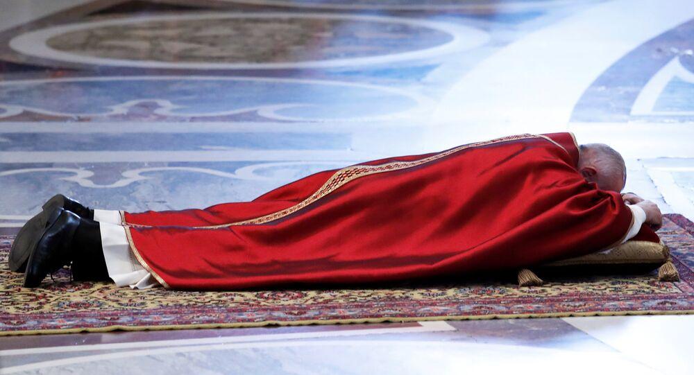 البابا فرنسيس في قداس الجمعة العظيمة بالفاتيكان في إيطاليا، 19 نيسان/أبريل 2019