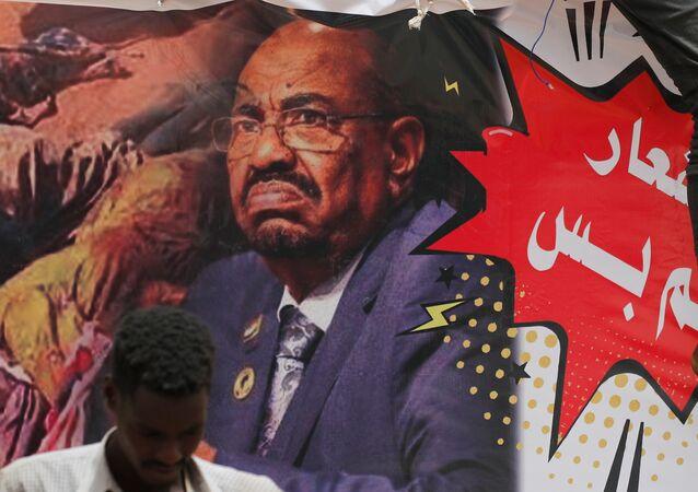 متظاهرون في السودان يرفعون لافتات عليها صورة الرئيس المعزور عمر البشير