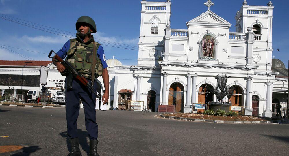 ضابط أمن يقف أمام ضريح القديس أنتوني في كولومبو