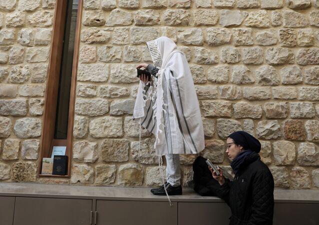 يهود خلال عطلة عيد الفصح اليهودي بالقرب من الحائط الغربي