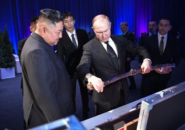 الزعيم الكوري الشمالي يهدي الرئيس الروسي فلاديمير بوتين سيفا يجسد قوة وروح الشعب الكوري