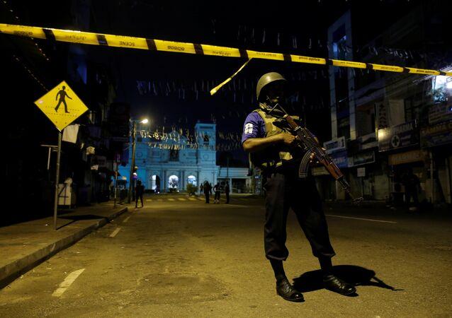 قوات الأمن عند ضريح القديس أنتوني بعد أيام من سلسلة من الهجمات الانتحارية على الكنائس والفنادق الفخمة في كولومبو
