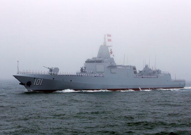 El destructor Type 055 durante el desfile naval en honor al 70 aniversario de la Marina de Guerra de China