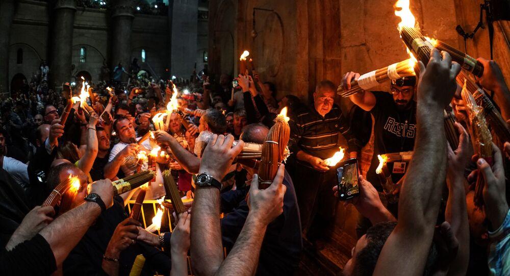 يحتفل مسحيو الأرثذوكس بانبثاق النار المقدسة في كنيسة القيامة في القدس