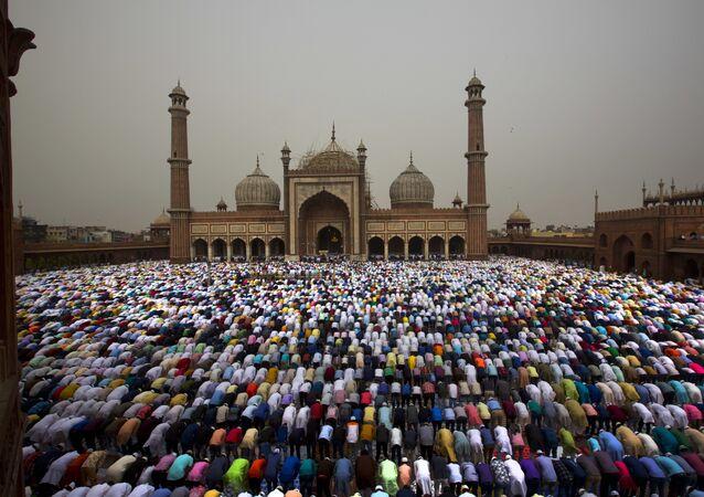 مسلمون يصلون في مسجد في الهند