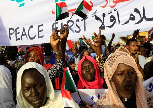 متظاهرون سودانيون يحضرون مظاهرة أمام مجمع وزارة الدفاع في الخرطوم