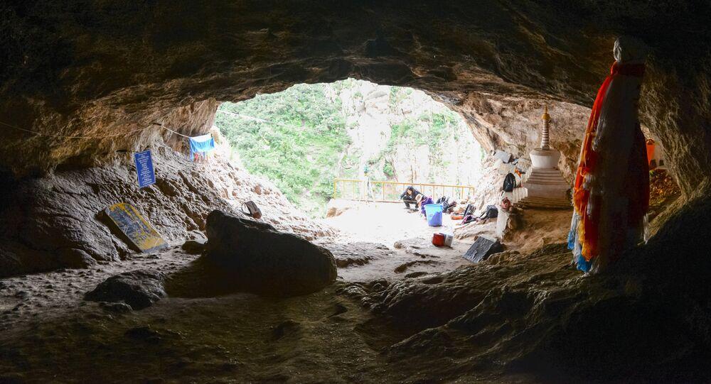 افتتاح كهف بايشيا كارست حيث تم اكتشاف عظم أحفوري لعضو منقرض من شجرة العائلة البشرية يدعى دينيسوفان