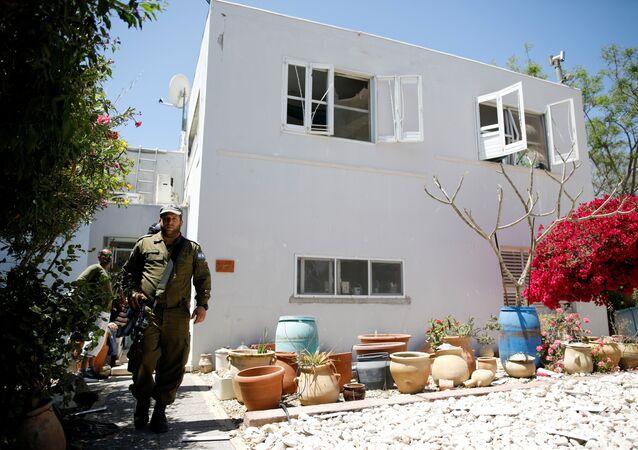 آثار قذائف صاروخية أطلقت من غزة