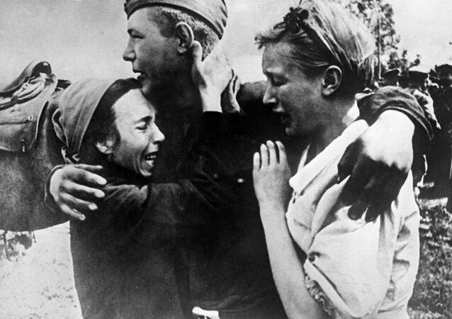 الجندي السوفيتي شيروبكوف يلتقي مع أختيه اللتين نجوتا من الموت، عام 1943