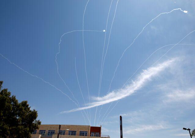 قذائف القبة الحديدية تعترض صاروخًا تم إطلاقه من غزة فوق مدينة عسقلان جنوبي إسرائيل
