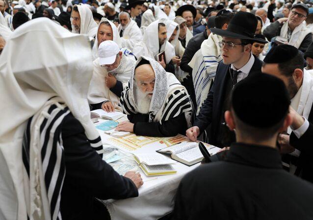 مصلون يهود خلال عطلة عيد الفصح اليهودي عند الحائط الغربي أقدس مكان للصلاة في اليهودية في البلدة القديمة بالقدس