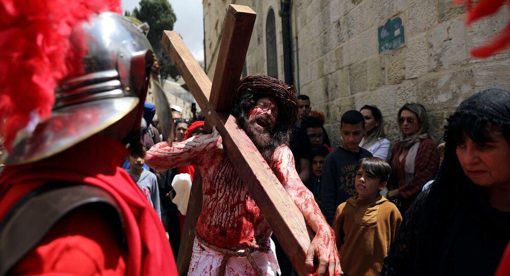 عابد مسيحي يعيد تمثيل رحلة المسيح على طول طريق دولوروسا خلال موكب الجمعة العظيمة في المدينة القديمة بالقدس