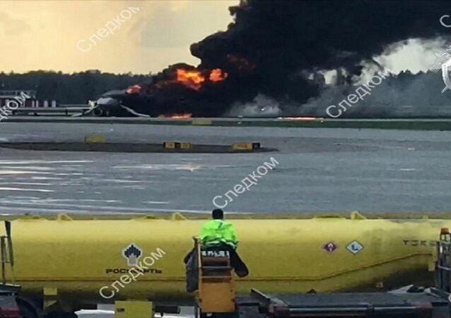 احتراق الطائرة الروسية بمطار شيريميتيفو في العاصة موسكو