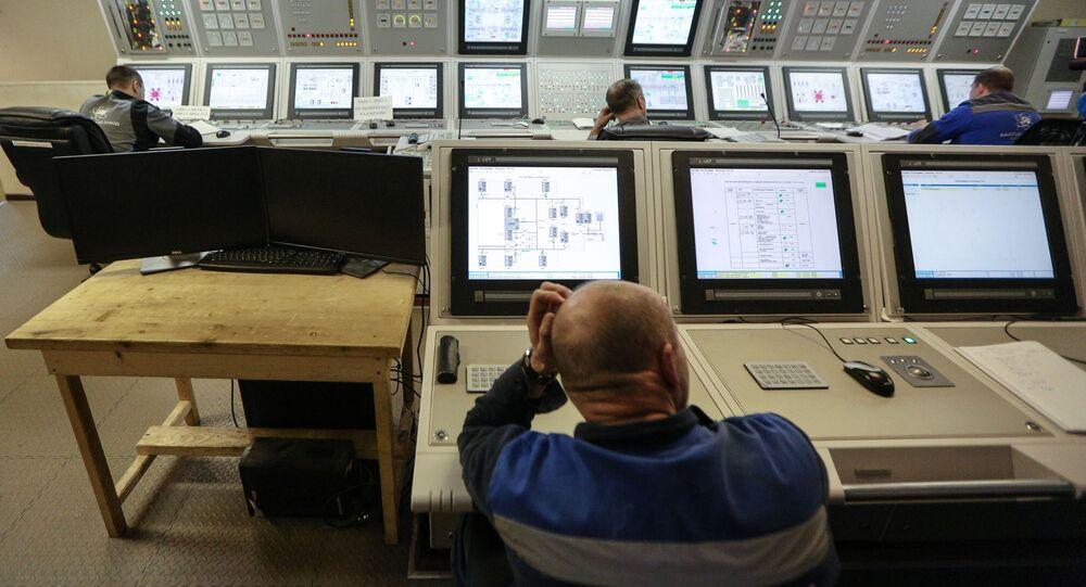 وحدة الطاقة العائمة الأكاديمي لومونوسوف على رصيف ميناء روس آتوم فلوت في مورمانسك الروسية