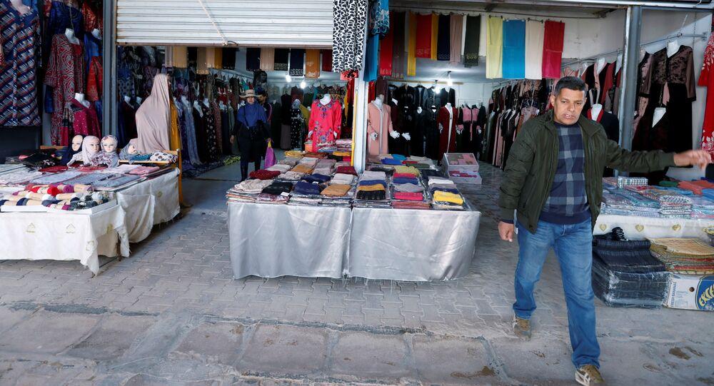 بائع ينتظر الزبائن في سوق ليبيا في بلدة بن قردان