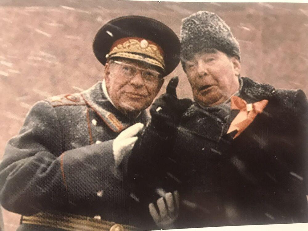 مارشال الاتحاد السوفيتي د. ف. أوستينوف وزعيم الاتحاد السوفيتي ل. إي. بريجنيف على الساحة الحمراء