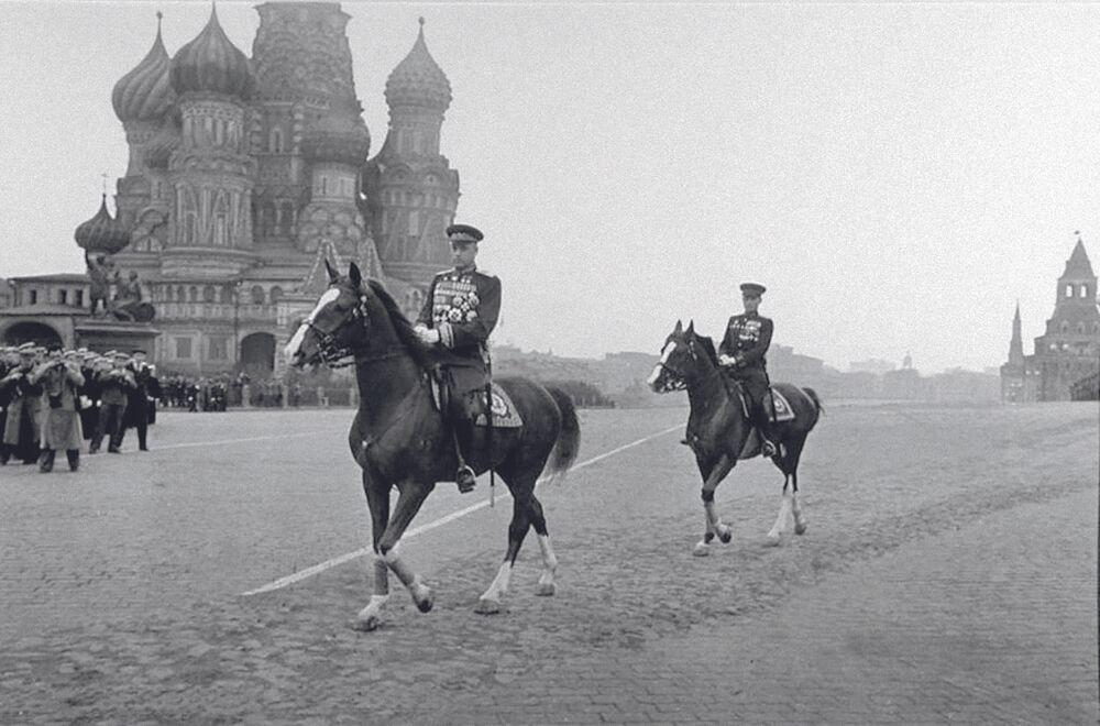 مارشال الاتحاد السوفيتي، صاحب لقب بطل الاتحاد السوفيتي مرتين، كونستانتين روكوسوفسكي على الساحة الحمراء