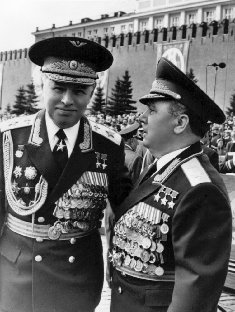 المارشال الطيران العسكري، نال لقب بطل الاتحاد السوفيتي مرتين، نيكولاي سكوموروخوف (يسار)