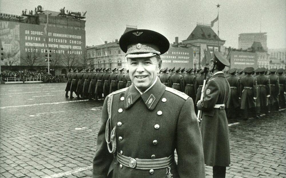 فريق أول ن.م سكوموروخوف فأثناء العرض العسكري على الساحة الحمراء، 7 نوفمبر/ تشرين الثاني 1974