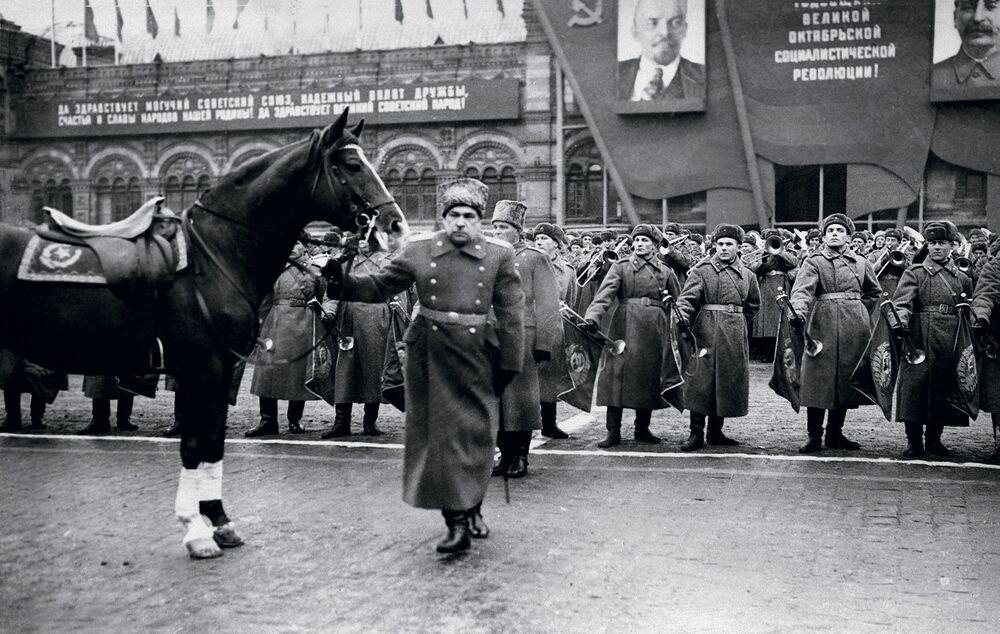 مارشال الاتحاد السوفيتي ل. أ. جوفوروف، يستعد لتسلم مهمة عرض قوات حامية موسكو على الساحة الحمراء، 7 نوفمبر/ تشرين الثاني 1947