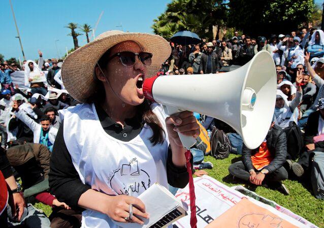 امرأة تقود مظاهرة للمعلمين الشباب تطالب بإدماجهم في الخدمة المدنية كموظفين في وزارة التعليم