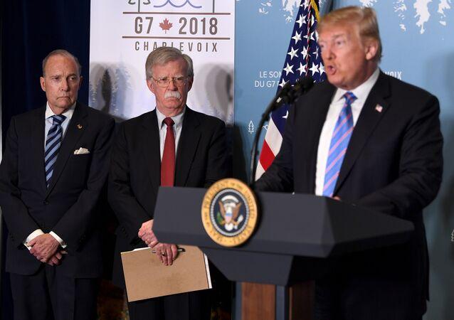 مستشار الأمن القومي جون بولتون والرئيس الأمريكي دونالد ترامب