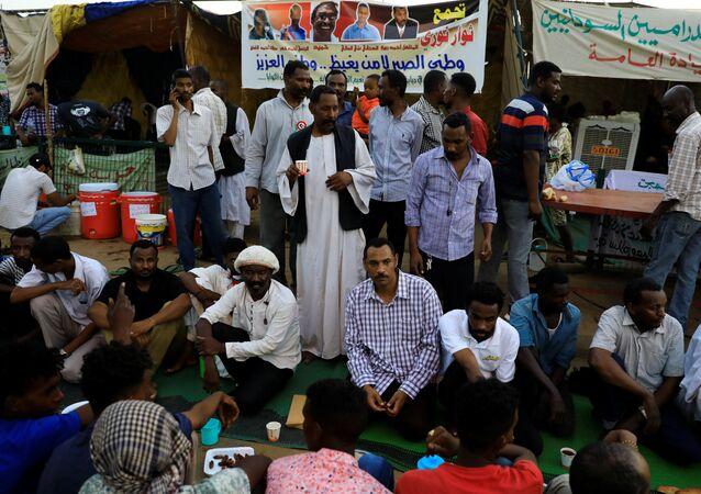 سودانيون يفطرون في اعتصام أمام القيادة العامة للجيش