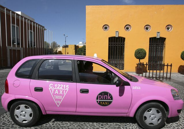 تاكسي زهري اللون