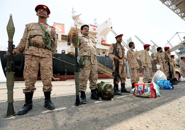 أنصار الله الحوثيين خلال الانسحاب من ميناء محافظة الحديدة