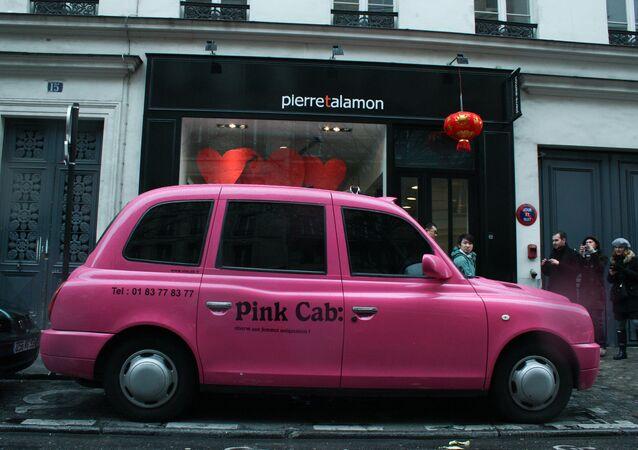 تاكسي زهرية اللون