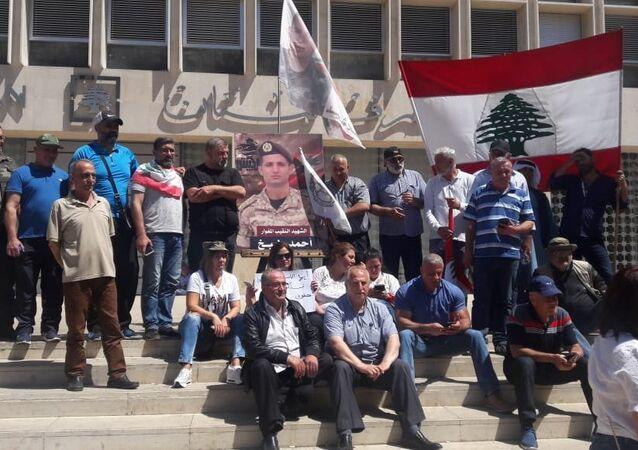 عسكريون متقاعدون لبنانيون يغلقون الطرقات