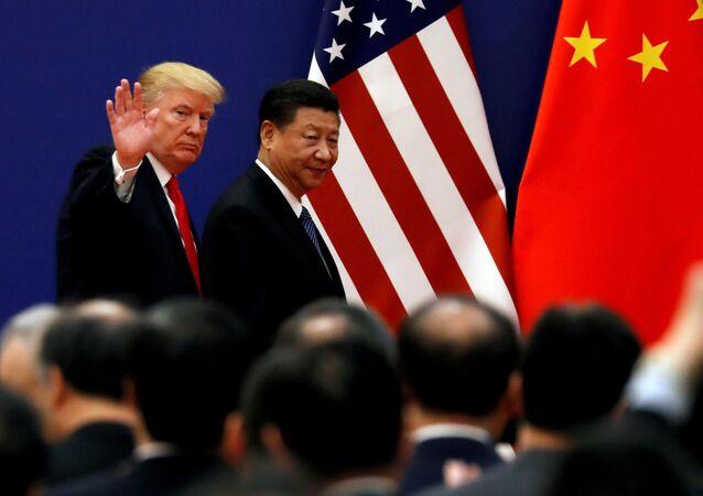 الرئيس الأمريكي دونالد ترامب والرئيس الصيني شي جين بينغ يلتقيان مع كبار رجال الأعمال في قاعة الشعب الكبرى في بكين