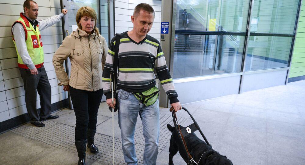 مكفوف يساعده كلب في حياته اليومية