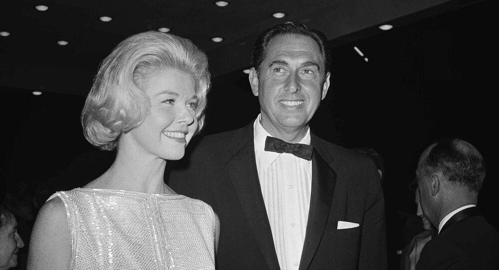 دوريس داي أفضل ممثلة عن دورها في وسادة الحديث تصل وزوجها المنتج مارتي ميلشر إلى العروض التقديمية السنوية لجائزة الأوسكار عام 1960