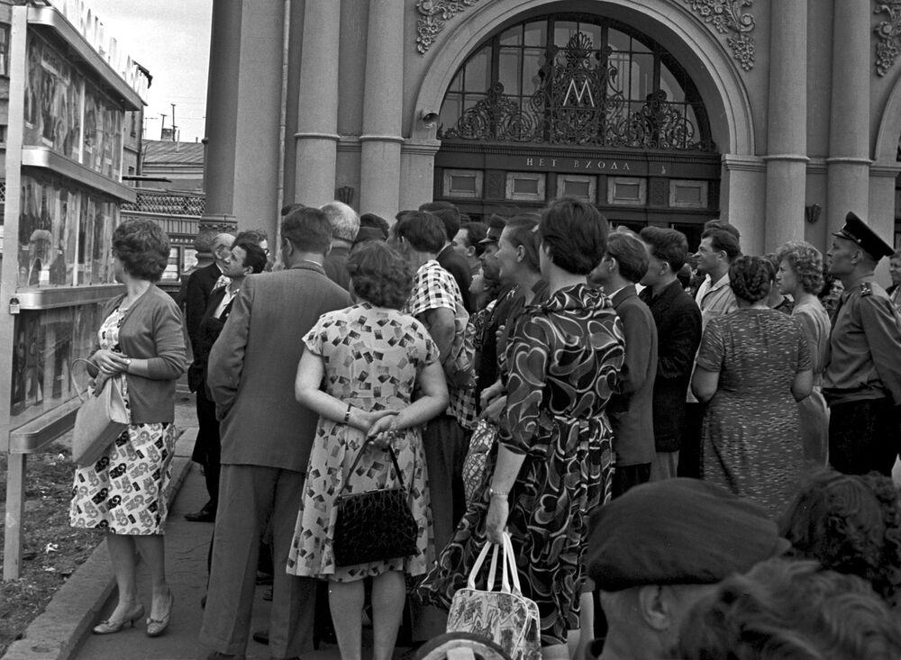 خارج محطة مترو، موسكو  1962