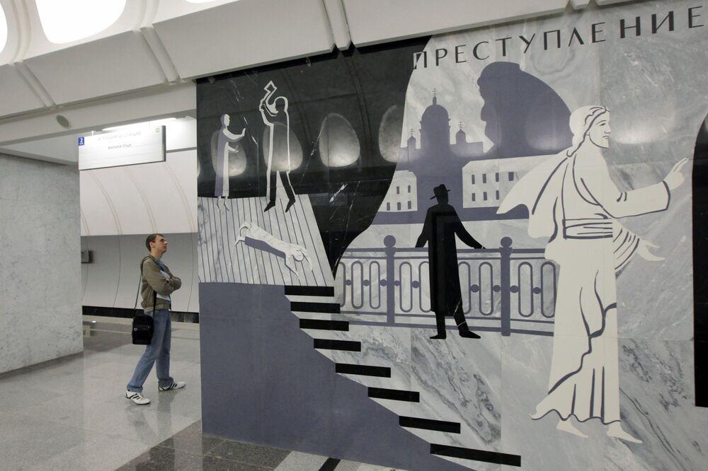 ركاب في محطة مترو دوستوفيسكايا، موسكو 2010