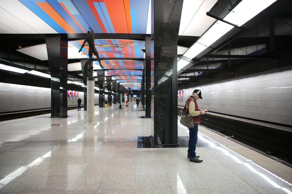 ركاب في محطة مترو تسي إس كا، موسكو 2019