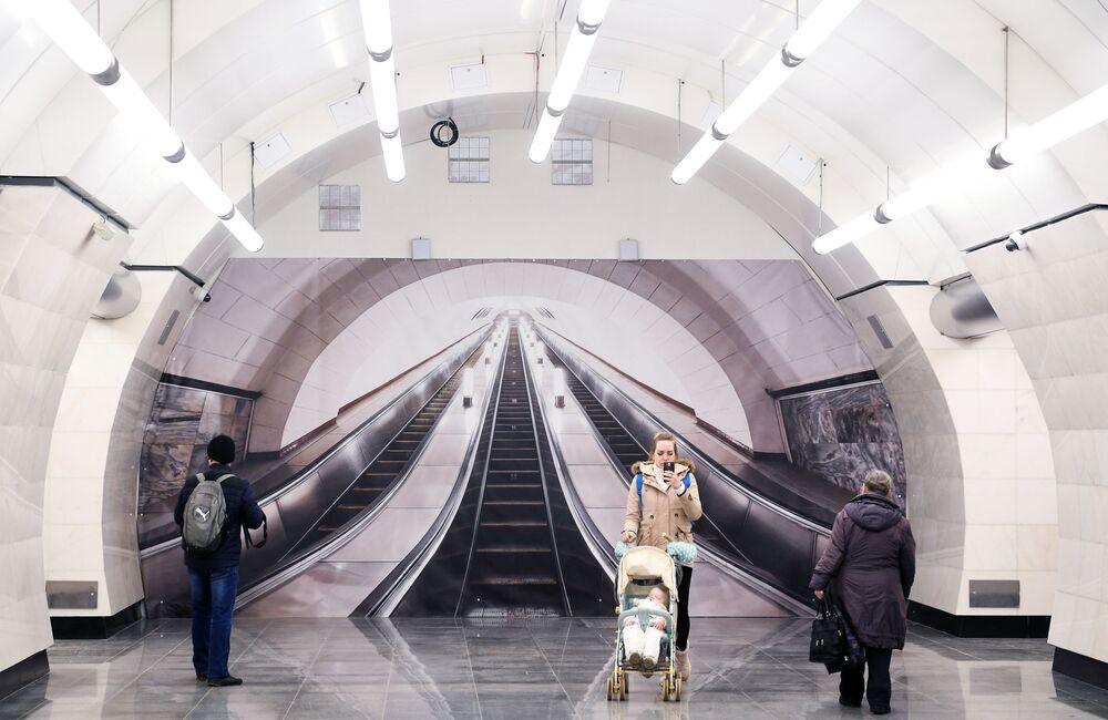 ركاب في محطة مترو أوكروجنايا، موسكو 2018