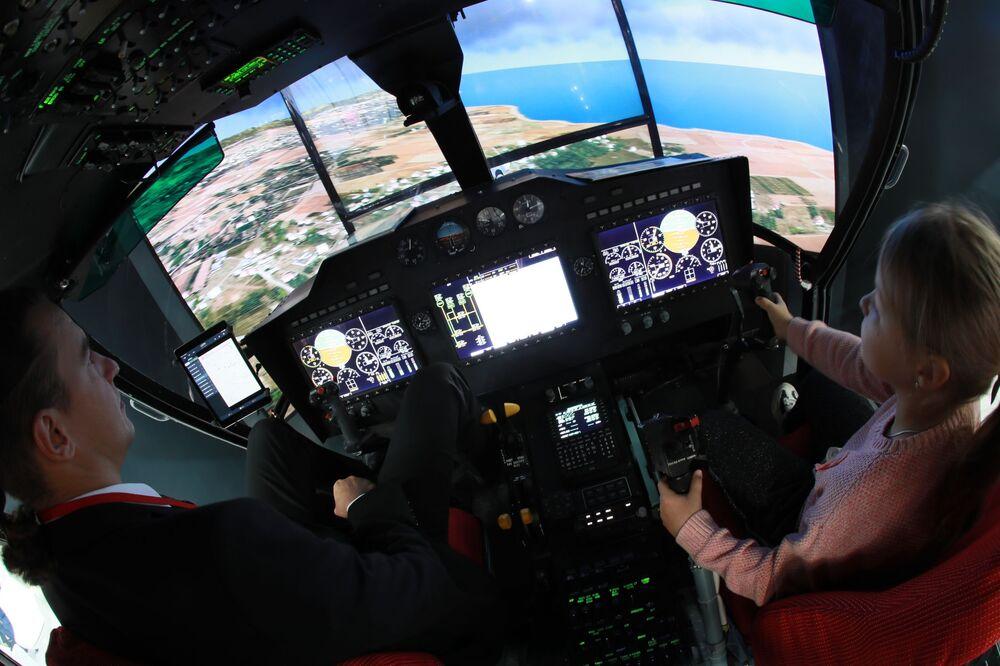 المعرض الدولي الثاني عشر لصناعة المروحيات HeliRussia - 2019 في معرض كروكوس إكسبو في موسكو - مقصورة المروحية الروسية متعددة المهام كا-32