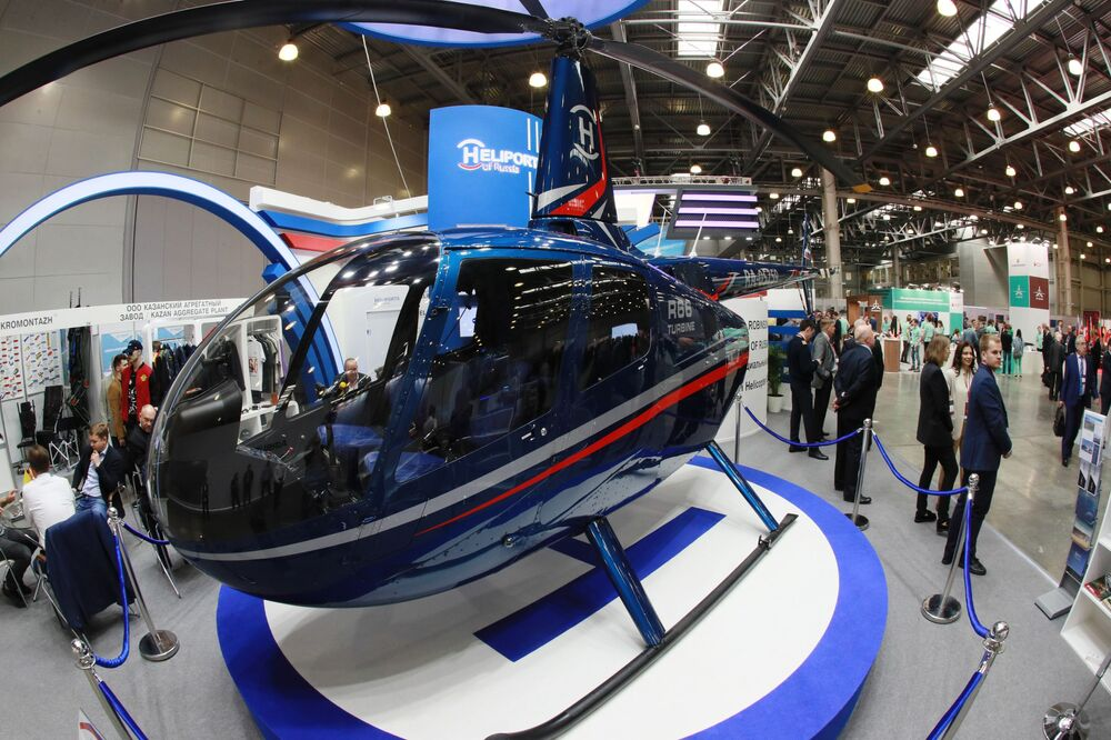 المعرض الدولي الثاني عشر لصناعة المروحيات HeliRussia - 2019 في معرض كروكوس إكسبو في موسكو - مروحية تجارية خفيفة Robinson Helicopter متعددة المهام والخصصة لخمسة أشخاص