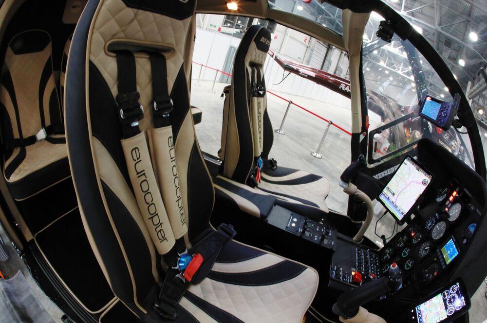 المعرض الدولي الثاني عشر لصناعة المروحيات HeliRussia - 2019 في معرض كروكوس إكسبو في موسكو - مقصورة المروحية الألمانية متعددة المهام MBB Bo 105