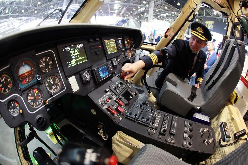 المعرض الدولي الثاني عشر لصناعة المروحيات HeliRussia - 2019 في معرض كروكوس إكسبو في موسكو - مقصورة المروحية الروسية متعددة المهام Ансат من الفئة 7-9
