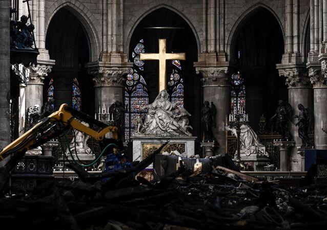 مذبح كاتدرائية نوتردام في باريس، على خلفية أعمال الترميم بعد الحريق الهائل الذي أصابها، 15 مايو/ أيار 2019