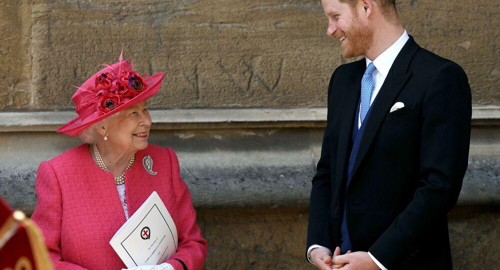 الأمير البريطاني هاري وجدته الملكة إليزابيث في حفل زفاف السيدة غابرييلا وندسور وتوماس كينغستون، في كنيسة القديس جورج، في قلعة وندسور، بالقرب من لندن، بريطانيا، 18 مايو/أيار 2019