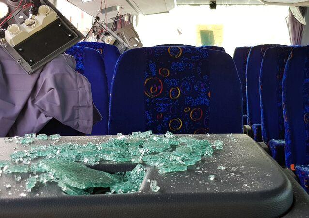تهشم زجاج حافلة سياحية قرب أهرامات الجيزة
