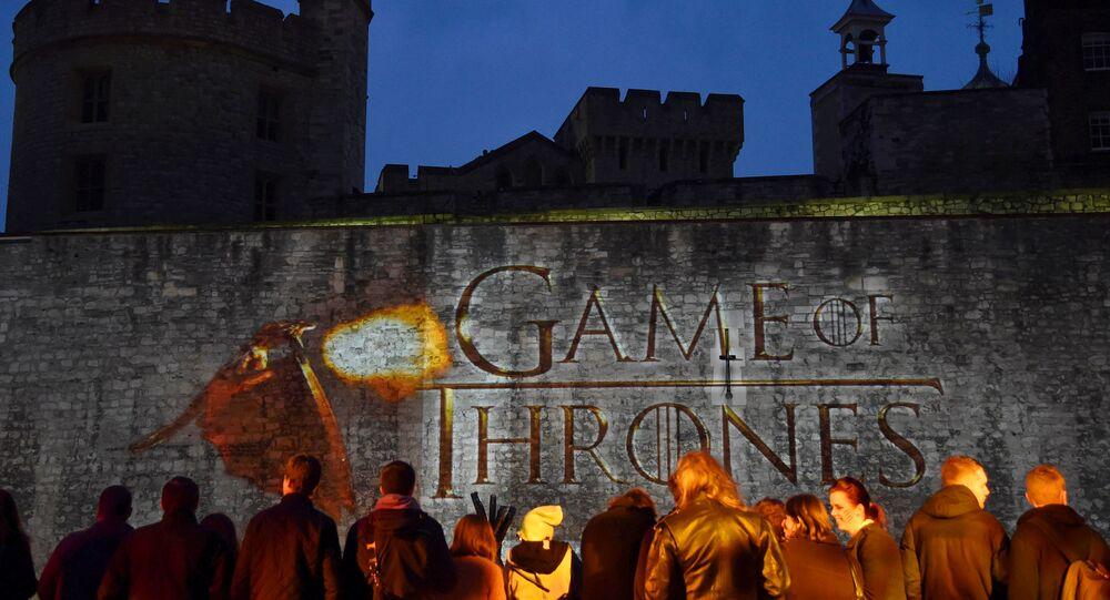 المعجبون ينتظرون وصول الضيوف إلى العرض العالمي الأول لدراما الخيال التلفزيوني لعبة العروش 5 في برج لندن