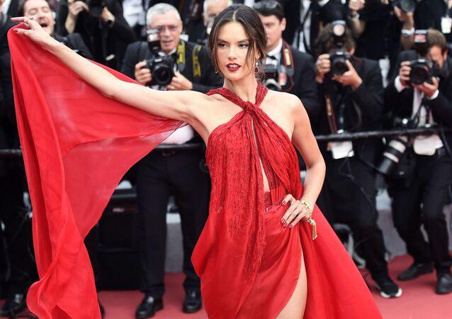 عارضة الأزياء والممثلة البرازيلية أليساندرا أمبروسيو على السجادة الحمراء لمهرجان كان السينمائي الدولي في نسخته الـ72