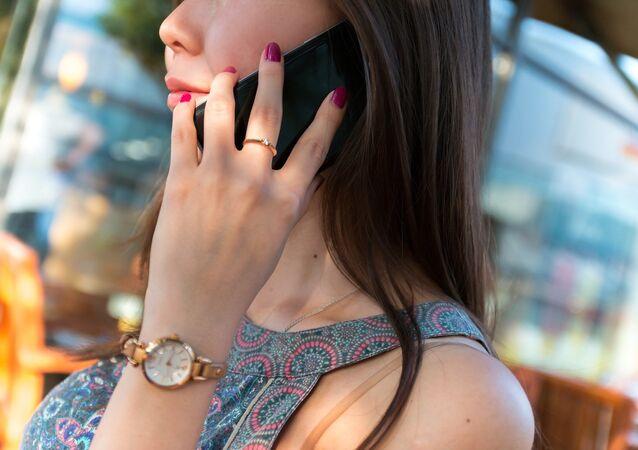 فتاة تحمل هاتف محمول أندرويد